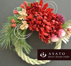 商品名 : お正月リース (赤)価格 ¥ 3,100サイズ : 直径約18センチのしめ縄を使っています。(花材の大きさをプラスすると約22〜24cmで...|ハンドメイド、手作り、手仕事品の通販・販売・購入ならCreema。