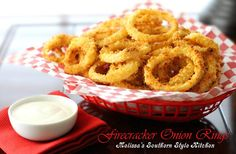 Lighter but not lacking in flavor try these baked Firecracker Onion Rings piled high on a burger, steak or for snacking. Burger Side Dishes, Veggie Dishes, Vegetable Recipes, Light Appetizers, Appetizer Recipes, Snack Recipes, Charcuterie, Beer Battered Onion Rings, Melissas Southern Style Kitchen