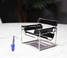 Miniatura baseada na Poltrona Wassily de Marcel Breuer (1925). A cadeira virou ícone do design mundial e também um símbolo do modernismo da década de 20.