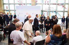 Wielu rodziców małych pacjentów miało łzy w oczach i trudno było im mówić po spotkaniu z papieżem Franciszkiem w Uniwersyteckim Szpitalu Dziecięcym w Krakowie-Prokocimiu. Ojciec Święty błogosławił dzieci, często bardzo chore i osłabione. Większość z nich leczy się onkologicznie. - To było więcej niż święto, to było głębokie przeżycie wiary - powiedział kapelan prokocimskiego szpitala ks. Lucjan Szczepaniak, sercanin. Foto: Piotr Tumidajski/KAI