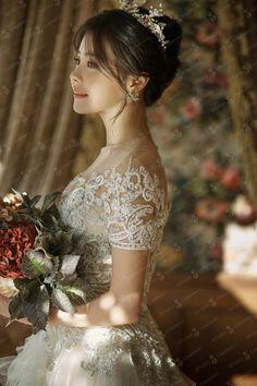 118 stunning wedding dresses with dramatic neckline designs – page 1 Stunning Wedding Dresses, Elegant Wedding Dress, Wedding Bridesmaid Dresses, Bridal Dresses, Wedding Poses, Pre Wedding Photoshoot, Wedding Ideas, Korean Wedding Hair, Hair Wedding