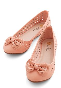 Tips of Your Toes Flat. You like to live life on the edge - of sidewalks, that is, which you navigate gracefully in these peachy-pink ballet flats! #pink #wedding #bridesmaid #modcloth