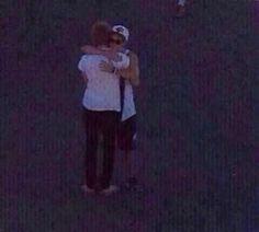 Awww Niall hugging Luke goodbye :'(---Someone hold me :'(