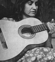 """""""Violeta Parra y su guitarra"""" Y un café Y animarse Y Violeta."""