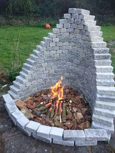 Most recent Images Fireplace Outdoor backyard fire pits Ideas Planning for an Outdoor Fireplace? Outdoor fireplaces and fire pits develop a warm and inviting area Cool Fire Pits, Diy Fire Pit, Fire Pit Backyard, Backyard Patio, Backyard Seating, Sloped Backyard, Diy Patio, Outdoor Seating, Outdoor Landscaping