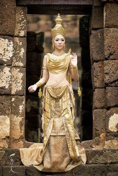 Dewa (เดวา) เป็นชุดสีทองทั้งชุดในรูปแบบของสมัยสุโขทัย ซึ่งออกแบบและตัดเย็บโดยห้องเสื้อเมอเรียดแกรนด์มอน (Myriad Grand Monde) ท Cr.Miss Grand Thailand