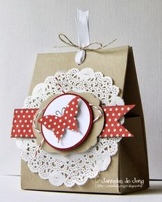 Geschenkverpackungen: Janneke, Stampin' Up! Demonstrator : One Sheet Box + Doily Pretty Packaging, Gift Packaging, Paper Gifts, Paper Bags, Creative Gifts, Homemade Cards, Stampin Up Cards, Gift Bags, Craft Gifts
