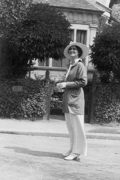 Gabrielle 'Coco' Chanel - 1913 - Resort Town of Deauville - Photo: Courtesy of Chanel The look - trouser suits, androgynous, pearls, big cuffs Style Coco Chanel, Coco Chanel Mode, Chanel Nº 5, Perfume Chanel, Mademoiselle Coco Chanel, Coco Chanel Fashion, Chanel Brand, Vintage Chanel, Chanel Couture