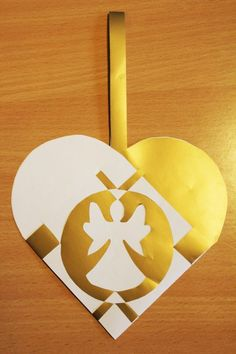 20. december: Flettede julehjerter   Charlottes sofahjørne Origami And Kirigami, Origami Paper Art, Christmas Hearts, Christmas Time, Holiday, Christmas Paper Crafts, Christmas Decorations, Danish Christmas, Paper Hearts