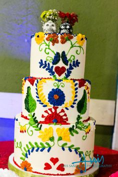 Dia De Los Muertos Wedding cake, via @offbeatbride