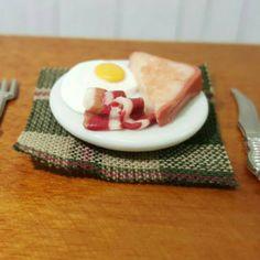 Miniatur Spiegelei mit Bacon und Toast