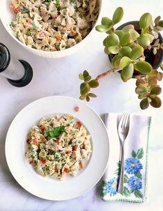 Μακαρονοσαλάτα με φαρφάλες, γιαούρτι και κοτόπουλο | Pandespani Farfalle Pasta, Yogurt Chicken, Greek Yoghurt, Pasta Salad, Risotto, Salads, Ethnic Recipes, Food, Crab Pasta Salad