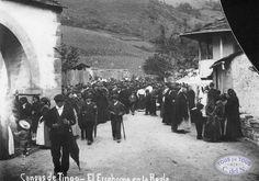 Fiesta del Ecce-Homo en La Riela / La Regla de Perandones, hacia 1910. Fotografía de Benjamín R. Membiela. Álbum de fotografías de un concejo asturiano - Cangas del Narcea 1860 / 1939.
