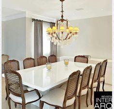 Mesa laqueada na cor Branca, compondo com cadeiras clássicas! Simplesmente um luxo!