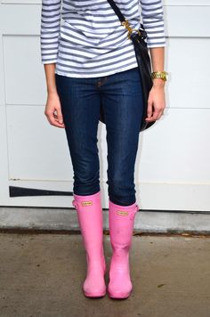 style pink rain boots if only these would be in my closet Pink Hunter Rain Boots, Preppy Style, My Style, Raincoat Outfit, Pink Boots, Boating Outfit, Wellington Boot, Raincoats For Women, Winter Outfits