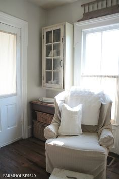 FARMHOUSE 5540 baskets and glass door cupboard