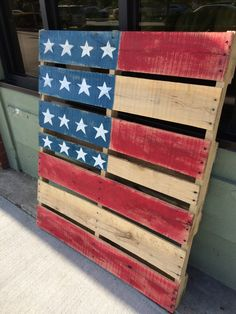 4th of July or Memorial Day decoration: wood pallets turned into American flags with paint www.hammer-and-heels.com