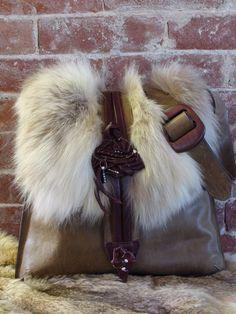 Grand sac à main de fourrure recyclée Best Purses, Unique Purses, Handmade Purses, Leather Purses, Leather Handbags, Leather Bag, Fur Fashion, Fashion Bags, Color Combinations For Clothes
