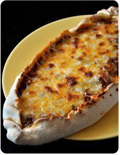 La pide est une sorte de pizza turque, j'ai découvert cette spécialité sur le blog Délice de Turquie, et j'ai immédiatement eu envie de tester (non mais franchement, qui peut résister à une pizza de cette forme?)! Elle propose deux recettes, au fromage...
