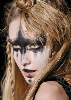 warrior makeup from the Summer Isles, Vivienne Westwood Disfarces Halloween, Halloween Contacts, Vintage Halloween, Halloween Costumes, Makeup Art, Hair Makeup, Makeup Ideas, Owl Makeup, Makeup Hairstyle