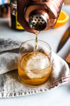 Do you ever wonder how bartenders make well-balanced cocktails? Learn how to make a classic Old Fashioned cocktail properly. It's a blend of bourbon, bitters, simple syrup and the best cherries. You can even use rye whiskey. This recipe is a classic! Whisky Cocktail, Cocktail Drinks, Cocktail Recipes, Alcoholic Drinks, Beverages, Cocktail Videos, Cocktail List, Blue Cocktails, Easy Cocktails