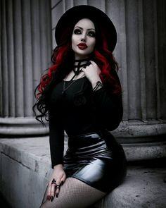 Top Gothic Fashion Tips To Keep You In Style. As trends change, and you age, be willing to alter your style so that you can always look your best. Consistently using good gothic fashion sense can help Hot Goth Girls, Gothic Girls, Goth Beauty, Dark Beauty, Sexy Latex, Steam Punk, Goth Model, Estilo Rock, Gothic Outfits