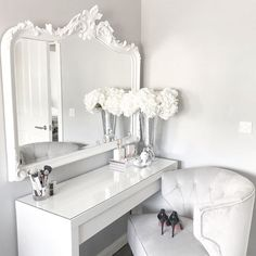 How many times can one girl change up her dressing table decor? How many times can one girl change up her dressing table decor? Sala Glam, Dressing Table Decor, Dressing Tables, Dressing Table Goals, Dressing Table Organisation, Dressing Design, Make Up Storage, Storage Ideas, Storage Organization