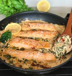 Ett lättlagad recept på lax med spenat och soltorkade tomater i en krämig sås. Dessa kombination av smaker passar så otroligt bra ihop! Servera med pressad potatis, pasta eller ris. Passar både som festmat och när du vill lyxa till i vardagen. Det går snabb att lag, väldig gott och ser festlig ut. Fish Recipes, Lunch Recipes, Seafood Recipes, Dinner Recipes, Cooking Recipes, Healthy Recipes, Seafood Diet, Fish And Seafood, Zeina