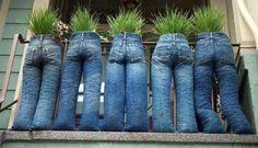 Vous ne savez quoi faire de vos vieux jeans, exposez-les sur le balcon !