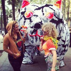 Crocheted Olek and Miss Van en Barcelona. Street Art with Botero's cat!
