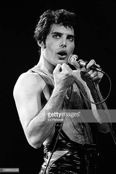 Freddie Mercury performs with Queen at the Oakland Coliseum in December 1978 in Oakland, California. Get premium, high resolution news photos at Getty Images John Deacon, Freddie Mercury Quotes, Queen Freddie Mercury, Blues Rock, Mr Fahrenheit, Oakland Coliseum, Roger Taylor, Somebody To Love, Queen Band