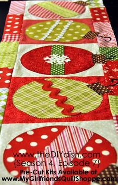 Christmas Table Runner this would be cute on a Christmas quilt Christmas Projects, Holiday Crafts, Holiday Decor, Quilting Projects, Sewing Projects, Quilting Ideas, Sewing Ideas, Christmas Sewing, Christmas Quilting