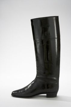 Höger ridstövel är gjord av svart lackerat kalvskinn.  Namn   Ägare: Victoria av Sverige  Datering  1910-1920-tal
