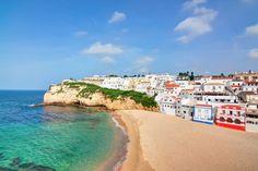 Algarve, a região mais meridional do território português tem particularidades responsáveis por cativar os visitantes. Com o clima mediterrânico, seu verão é longo e seco, enquanto o inverno dura poucos dias, característica mais que perfeita para aproveitar as águas cristalinas e mornas que banham a sua costa.