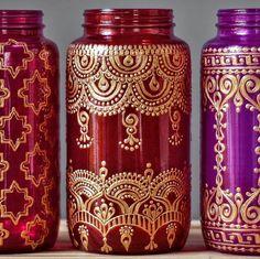 Cette lanterne coloré mason jar est une lanterne extérieure parfaite pour votre patio Bohème. Il sagit déclairage extérieur tzigane, qui rappelle des lanternes marocaines  Cette liste est pour un 32 oz (pinte de taille) navire mason jar de peintes à la main. Vous choisissez dans les trois pots sur la photo, soit fuschia verre, verre rouge rubis ou magenta. Voir un dessin que vous aimez mais que vous voulez une couleur de verre différents ? Pas de problème! Il suffit de choisir le récipient…