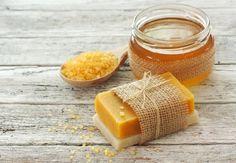 Honey and carrot soap to combat wrinkles and acne Tengo una amiga –prometo que zero Homemade Beauty, Diy Beauty, Carrot Soap, Honey Soap, Homemade Cosmetics, Soap Bubbles, Diy Spa, Soap Packaging, Soap Recipes
