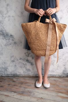 beach bag DIY, best beach straw cruise travel tote bag, different patterns, family bid large oversized waterproof fashion trendy chic stylish cute summer canvas 2018 perfect bags Mi piace molto -Learn how to dress for your body type, what to wear on a dat My Bags, Purses And Bags, Straw Handbags, Basket Bag, Summer Bags, Summer Ideas, Knitted Bags, Crochet Bags, Fashion Bags