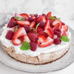 Bastogne kage med marengs og vaniljeskum – Mummum.dk Fruit Recipes, Dessert Recipes, Desserts, Cooking Cookies, Norwegian Food, Yummy Cakes, Amazing Cakes, Baked Goods, Sweet Tooth