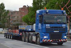 Eine DAF XF 95.530 4-Achs Schwerlastzugmaschine mit Tiefladebrücke mit Ballastgewichten für einen LIEBHERR Kran der Fa. BTB Logistik GmbH am 05.05.15 Berlin-Beusselbrücke.