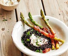Asparagi e pancetta su riso nero