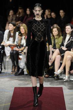Retrouvez les photos du défilé Givenchy Prêt-à-porter Automne-hiver 2015-2016, les meilleurs moments en vidéo, ainsi que les coulisses et les détails du show