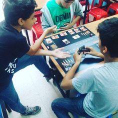 Hoy en nuestro #magic #openhouse los jugadores experimentados son los tutores de los nuevos jugadores enseñando el mejor #tcg que existe ven y conoce como jugar #magic #boardgames #amonkhet #mtgakh #sancristobal #venezuela