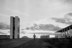 Trabalhador caminha entre o Congresso Nacional e o Palácio do Alvorada durante a construção de Brasília