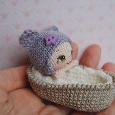 WEBSTA @ tamhippopo - Выбрала для неё дымчато-сиреневый цвет, он так идёт зеленоглазым... #crochetdoll #вязанаякукла #amigurumi #амигуруми