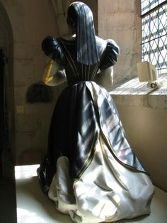 Notice the train: it has been hooked at the height of the belt and shows the lining. Statue of Antoinette de Fontette, stone, with polychrome paint.The train hooked up will always remind me of Countess Marguerite. 16th Century Clothing, 17th Century Fashion, Tudor Costumes, Period Costumes, Tudor Era, Tudor Style, Historical Costume, Historical Clothing, Elizabethan Clothing
