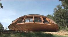 Interesante construcción de un domo geodésico con un enfoque de máxima eficiencia energética pues éste gira acorde con los rayos del sol, según la estación. Little Houses, Small Houses, Geodesic Dome, Good Company, Outdoor Furniture, Outdoor Decor, Ecology, Construction, Architecture