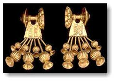 Aretes de Seti II, echo en oro. El uso de aretes tanto por mujeres como por hombres fue muy común durante el nuevo reinado. Akhenaten fue el primero en introducir el uso de aretes con poste los cuales requerían la perforación en el lóbulo de la oreja. Los aretes de la imagen son un ejemplo de este estilo usado en la época. Estos aretes constan de tres partes Siete pendientes en forma de flor cuelgan de una pieza central en forma  trapezoidal la cual posee grabada el nombre de Seti II.