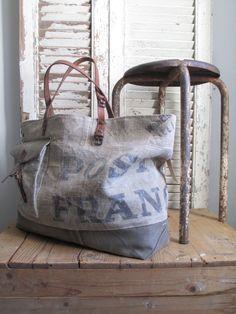Dimensions: 58cm de large par 36cm de haut Fond du sac 45 x 14cm Jeu d'associations et de découpes autour d'un ancien sac de tri postal ass...
