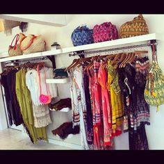 L'aménagement intérieur d'un fashion truck et les vêtements et accessoires qui y sont exposés.