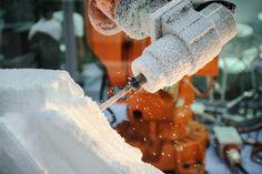 Anlagentechnik bei der Schaumstoffproduktion - Schaumstoffe werden gefräst, geklebt, gestanzt, geprägt, profiliert oder geschnitten. Für jedes Verfahren gibt es die passende Anlagentechnik.